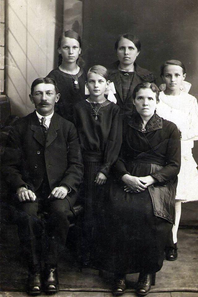 Rycina 14. Lucjan i Wincenta Długoborscy z córkami, najprawdopodobniej początek lat 30 XX wieku (archiwum rodzinne potomków Teofila Dmochowskiego).