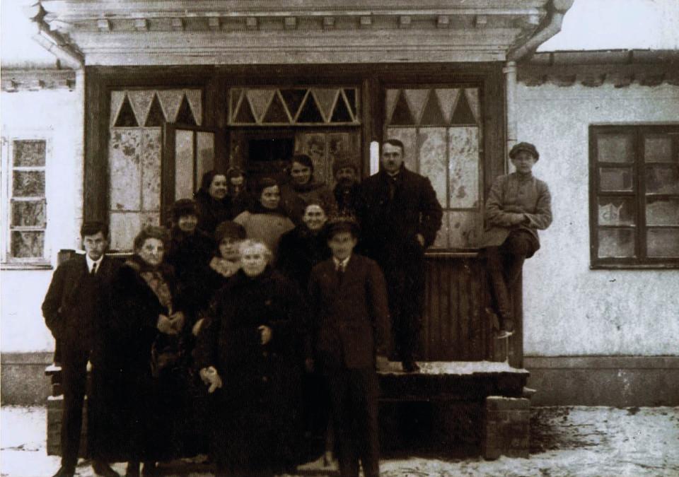 Rycina 16. Zdjęcie okolicznościowe przed gankiem dworku w Kumieciach, najprawdopodobniej początek lat 30 XX wieku (archiwum rodzinne potomków Teofila Dmochowskiego).