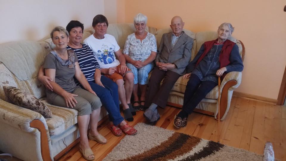Rycina 4. Pierwsze spotkanie rodzinne w Drewnowie-Dmoszkach. Od lewej: Barbara Dmochowska (żona Sławomira Dmochowskiego), Jolanta Lewandowska (wnuczka Teofila), Sławomir Dmochowski (syn Leopolda Dmochowskiego), Zygmunta Barańska (wnuczka Teofila), Leopold Dmochowski (prawnuk stryjeczny Teofila) i Halina Jaźwińska (żona Leopolda Dmochowskiego) (fot. Marek Z. Barański).